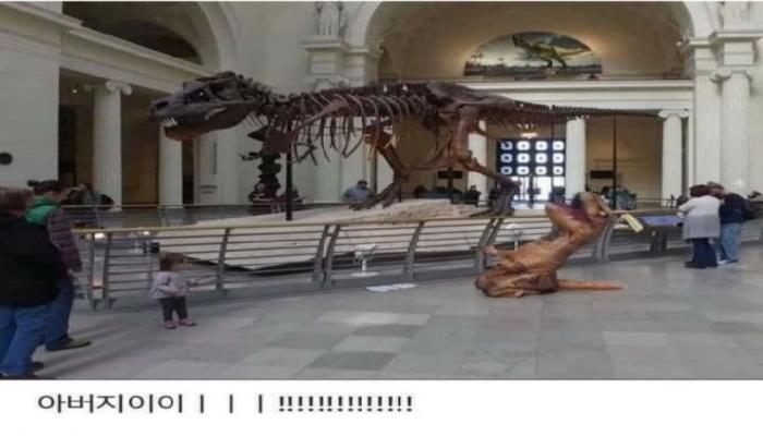 절규하는 공룡을 보는 아이.