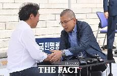 [TF포토] '단식' 이학재 위로하는 황교안